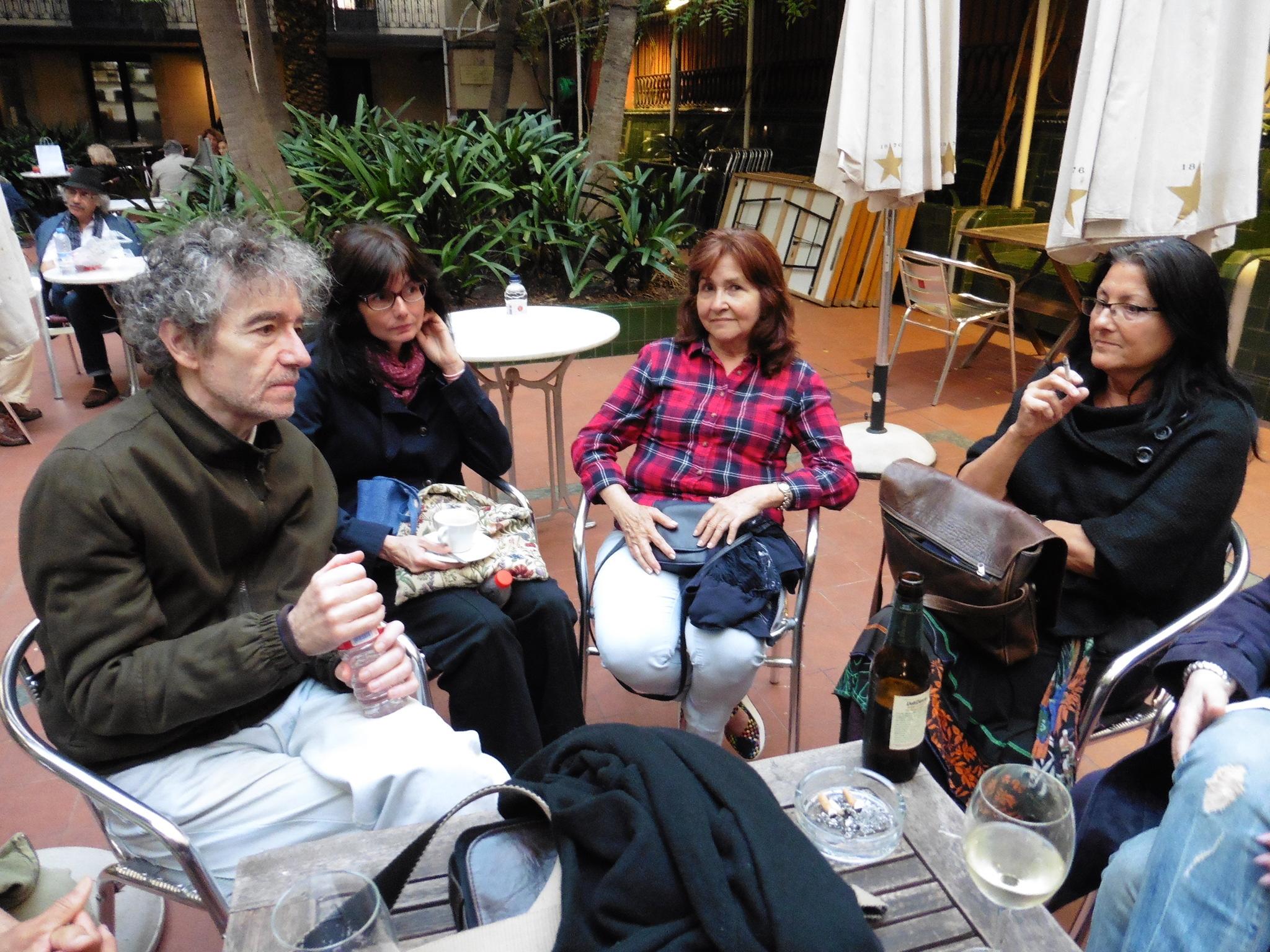 Alfonso Levy con amigas poetas