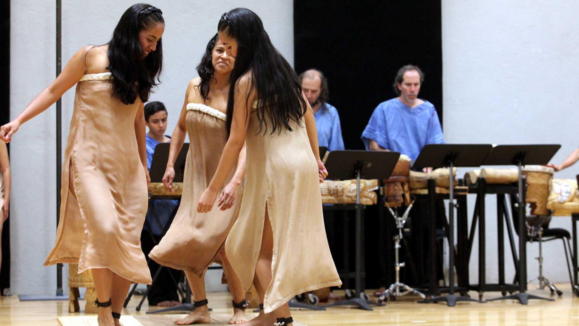 Dos actrices del Tecolote interpretando la primera ópera en lengua náhuatl