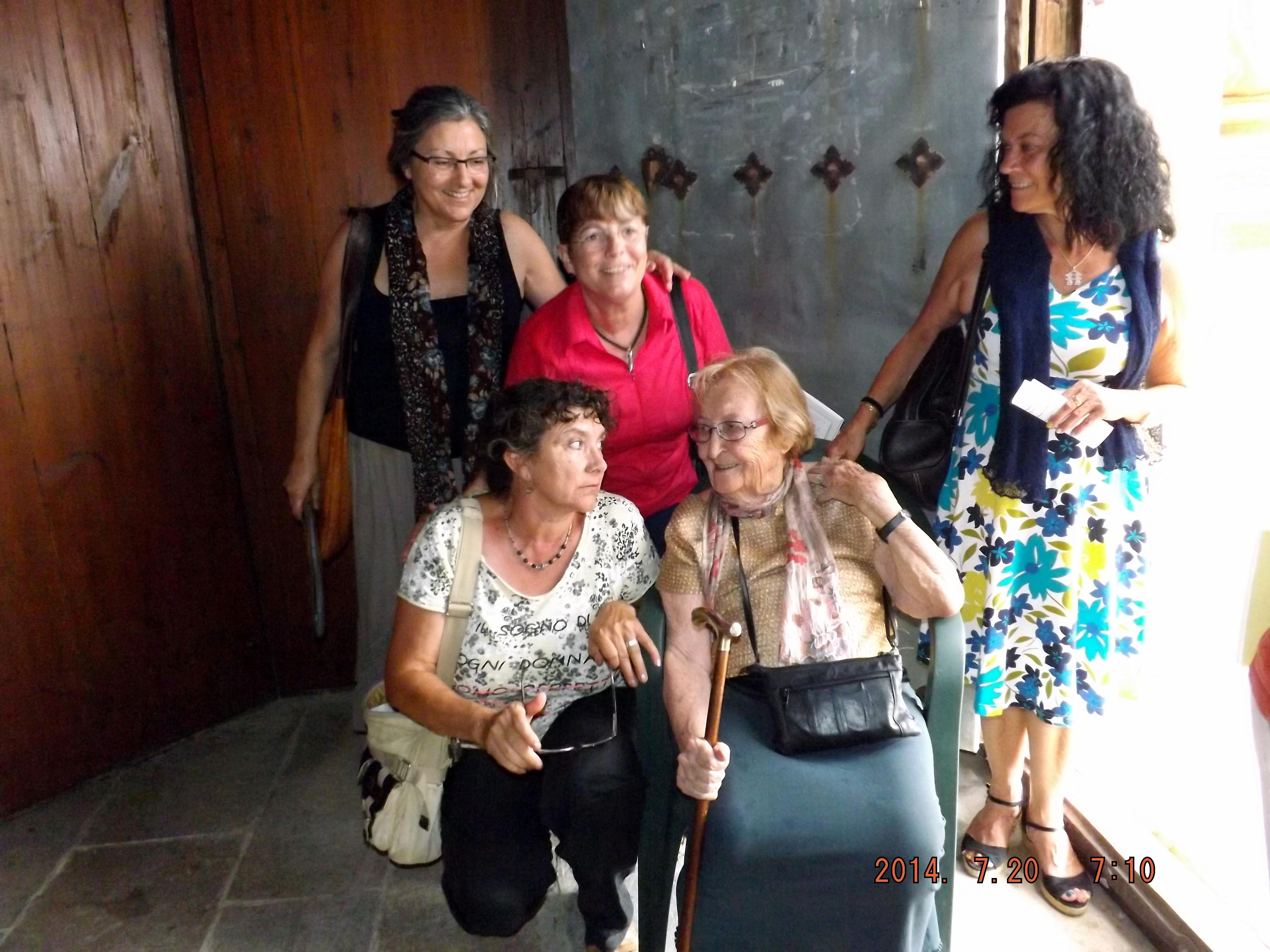 Anna Rossell (arriba, izquierda) con amigas poetas en el Festival de Poesia des dels Balcons de Riba-roja d'Ebre (julio, 2014)