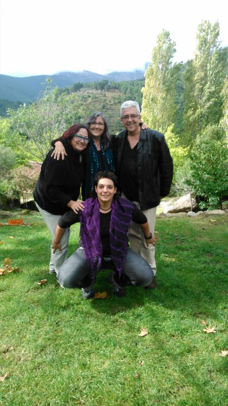 Anna Rossell (centro, de pie) con Carmen Álvarez (centro, agachada), Mª Luisa García Ochoa y Julián Martínez. Encuentro de poetas en La Lobera de Gredos, octubre 2013