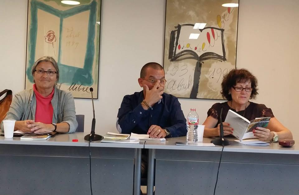 Anna Rossell (centro) con los poetas Enrique Clarós y María de Luis. Tertulia del Laberinto de Ariadna, Ateneo Barcelonés, 2014